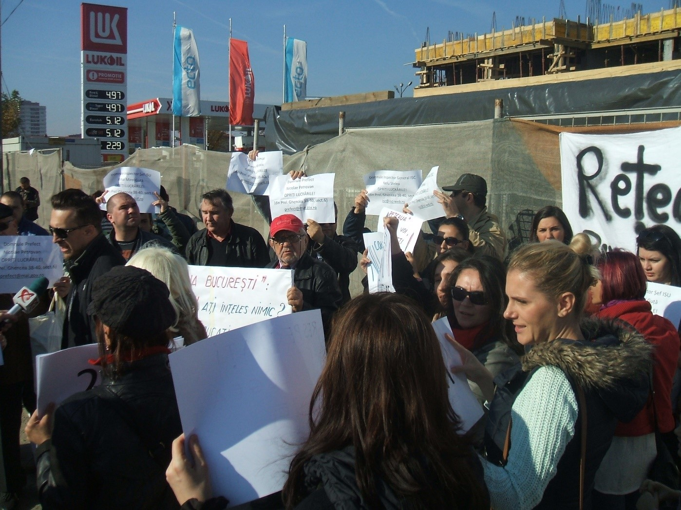 The first common solidarity action of the network - members of 12 civic groups attended and publicly endorsed the protest initiated by Prelungirea Ghencea Initiative against an illegal building in the neighborhood.